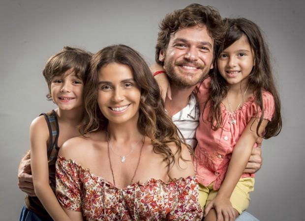 Giovanna Antonelli e Emílio Dantas com os atores mirins Thales Miranda e Rafaela Brasil na primeira fase de Segundo Sol (Foto: Divulgação/TV Globo)