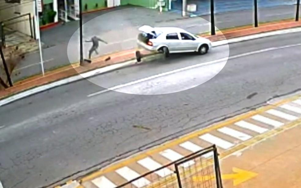 Homem é atropelado por carro desgovernado em ciclovia de Goiânia — Foto: Reprodução/TV Anhanguera