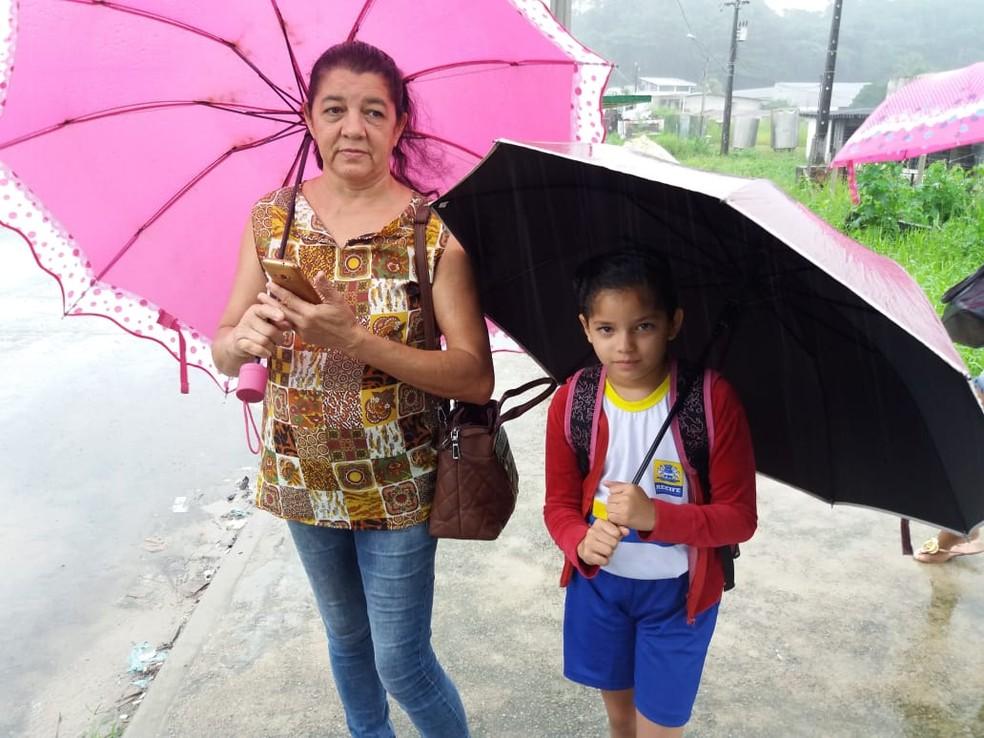 Família se preocupa com caminho até a Escola Mundo Esperança, no Sítio dos Pintos, na Zona Norte do Recife,  — Foto: Mhatteus Sampaio/TV Globo
