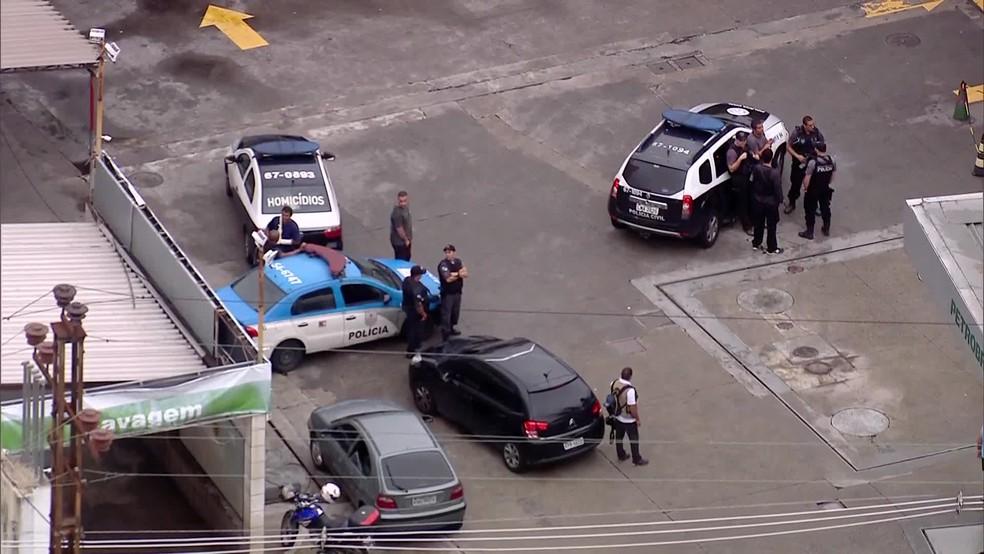 Um homem foi morto e um policial ficou ferido em uma troca de tiros em um posto de combustíveis no Méier, na Zona Norte do Rio (Foto: Reprodução/ TV Globo)