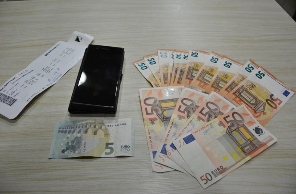 Com o holandês preso com haxixe no recife, PF encontrou euros, celular e cartão de embarque (Foto: Polícia Federal/Divulgação)
