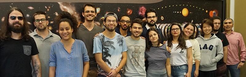Grupo de pós-graduandos de astronomia da USP que devem ir para o Observatório Europeu do Sul, no Chile. (Foto: Raphael Augusto Pereira de Oliveira)
