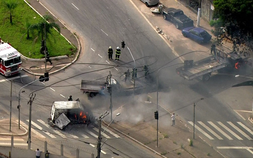 Bandidos colocam fogo em veículos em ataque a carro forte na Zona Leste (Foto: Reprodução/TV Globo)
