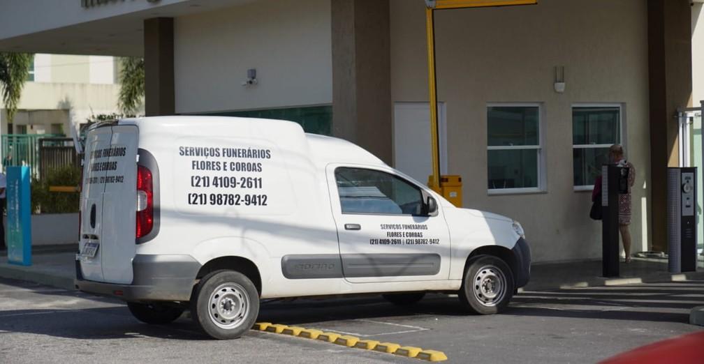 Carro funerário chega para o velório de Tom Veiga — Foto: Marcos Serra Lima/G1