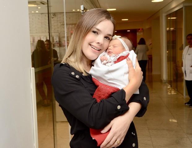 Thaeme com a filha, Liz (Foto: Eduardo Martins/AgNews)