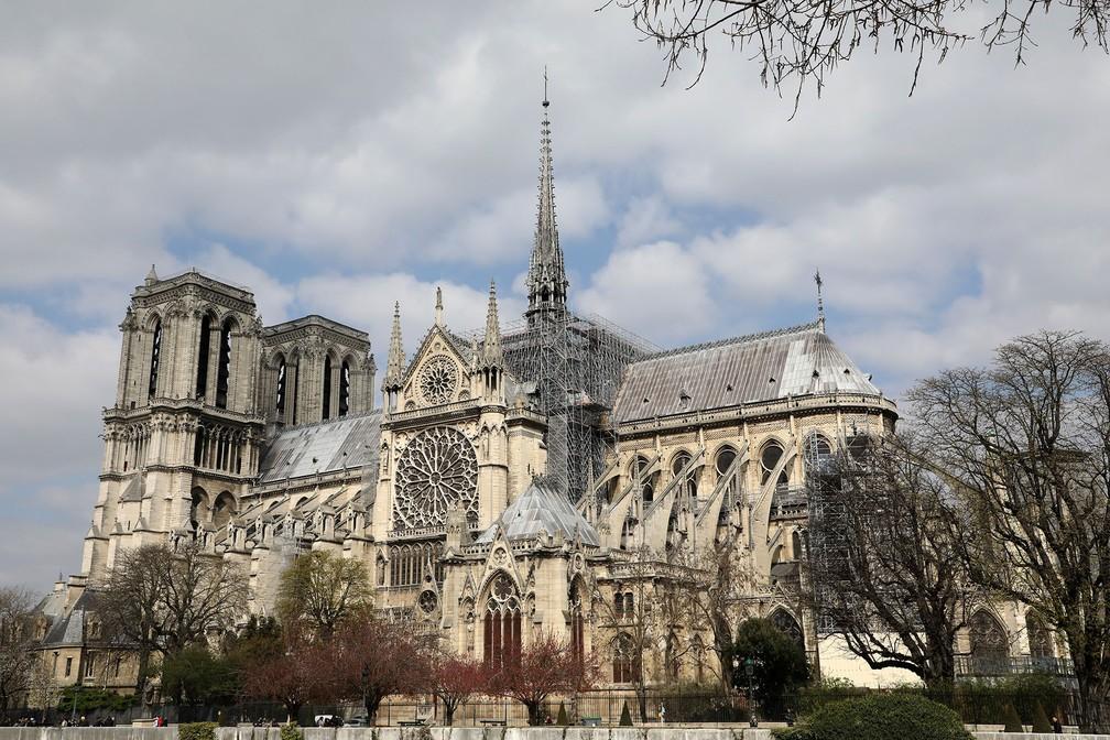 Foto de 27 de março deste ano mostra andaimes no teto da Catedral de Notre-Dame, em Paris — Foto: Ludovic Marin/AFP
