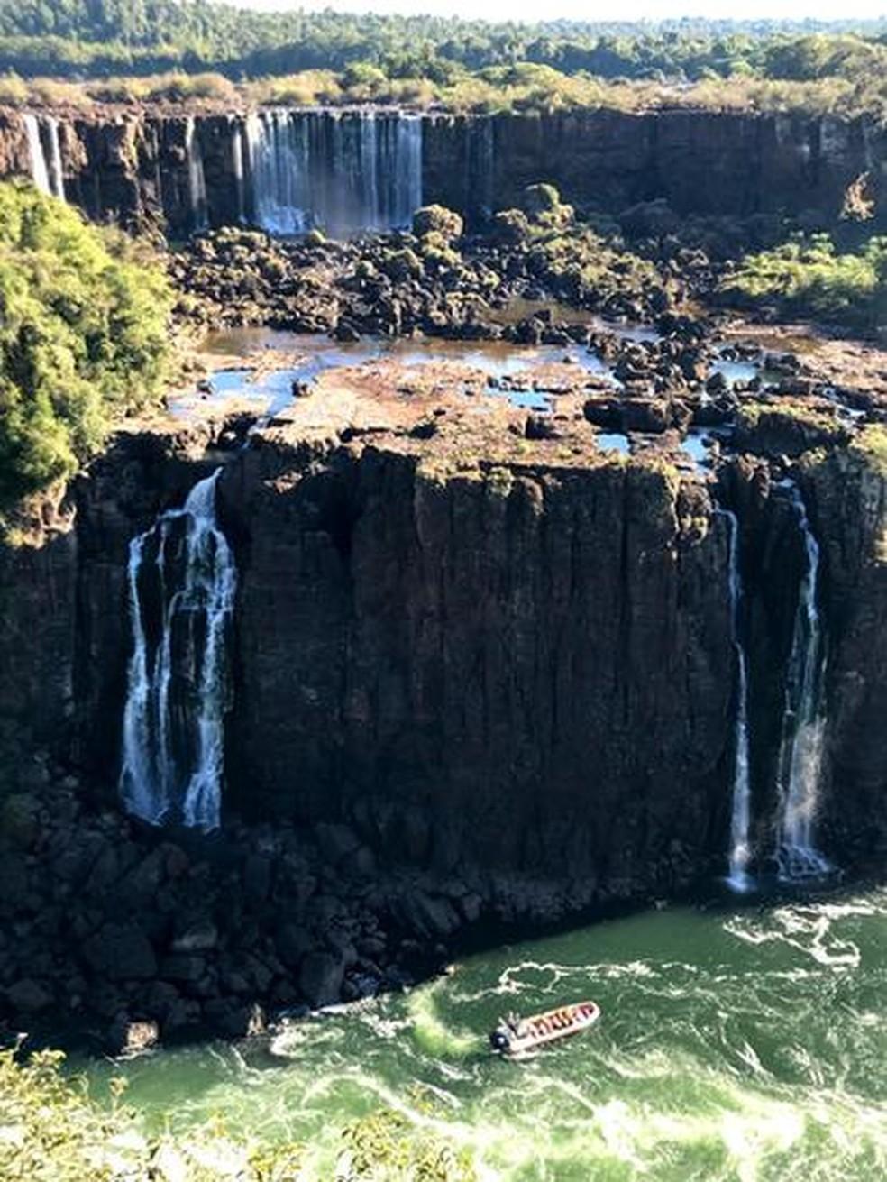 Famoso pelas quedas d'água, que atingiram a menor vazão do ano, bacia do Iguaçu perdeu um quinto da vegetação original desde 1984 — Foto: BBC News Brasil