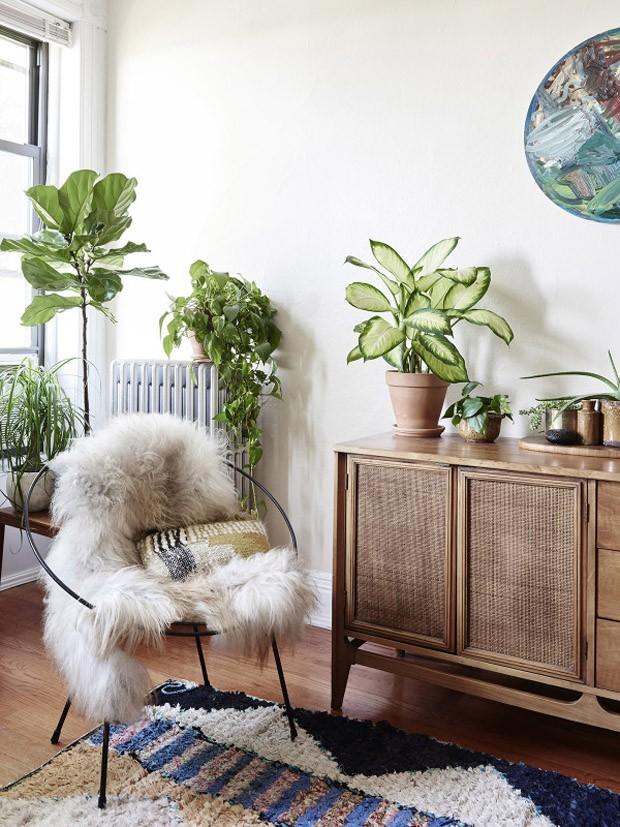 Décor do dia: sala de estar clara com atmosfera boho (Foto: reprodução)