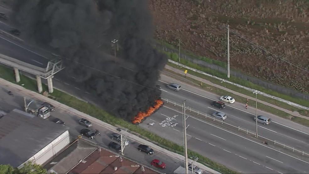 Manifestantes atearam fogo em pneus durante protesto  — Foto: Reprodução/TV Globo