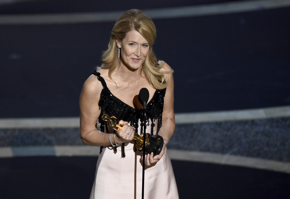 Laura Dern recebe o Oscar de melhor atriz coadjuvante por 'História de um casamento' — Foto: Chris Pizzello/AP