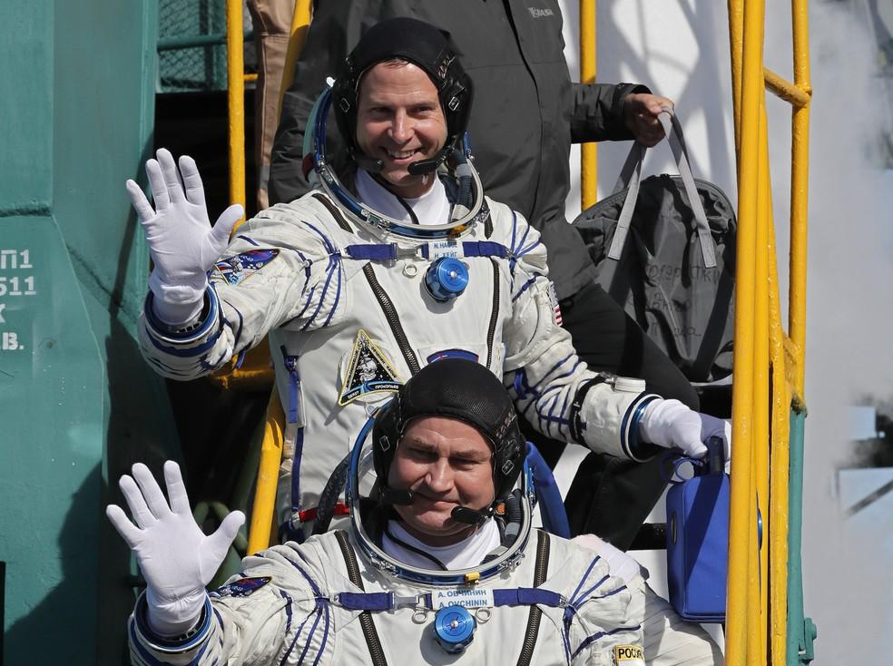 Astronauta norte-americano Nick Hague e cosmonauta russo Alexei Ovchinin embarcam na nave Soyuz MS-10 nesta quinta-feira (11) antes da decolagem na base de Baikonur, no Cazaquistão — Foto: Yuri Kochetkov/ Pool/ AFP