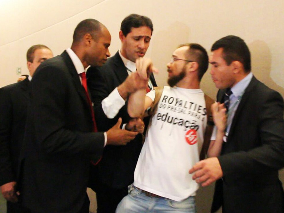 Professor sendo retirado por seguranças de audiência na Câmara Legislativa do DF (Foto: Sinpro-DF/Divulgação)
