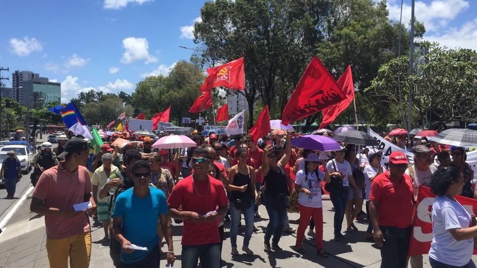 Manifestantes percorrem ruas da área central do Recife, nesta sexta-feira (10), durante ato contra a reforma da Previdência (Foto: Thiago Augustto/TV Globo)