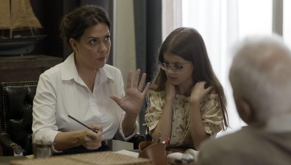 Nana (Fabiula Nascimento) começa meio contrariada, mas atende ao pedido do pai e da filha — Foto: Globo