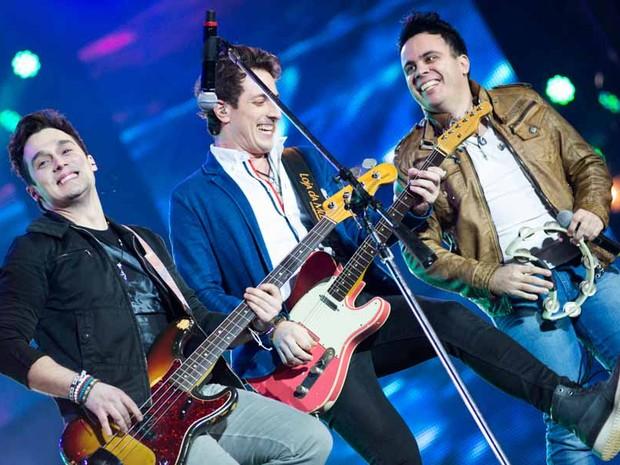 Sucesso na web, Trio Bravana animou o público na primeira noite de shows na Festa de Peão de Barretos (Foto: Érico Andrade/G1)