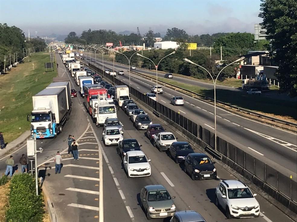 Lentidão em Jacareí é de 2 quilômetros (Foto: Wanderson Borges/TV Vanguarda)
