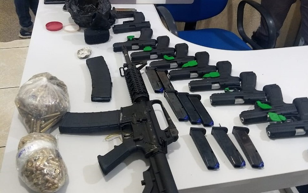 Dupla é suspeita de esconder armamento em fundo falso de carro em Bebedouro (SP) — Foto: Polícia Rodoviária/Divulgação