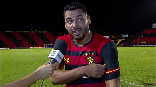 Carlos Henrique comemora gol marcado no fim diante da Chapecoense