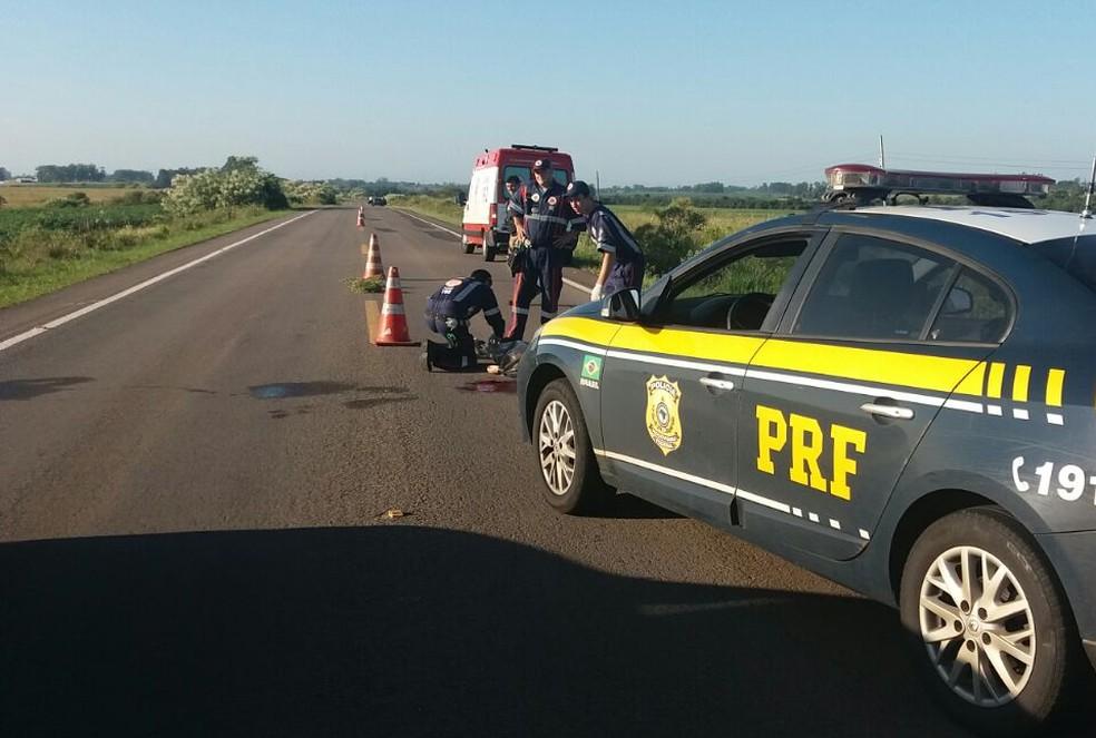 Corpo da vítima do acidente na BR-287 em São Vicente do Sul foi arremassado e encontrado a 20 metros do carro. (Foto: Divulgação /PRF)