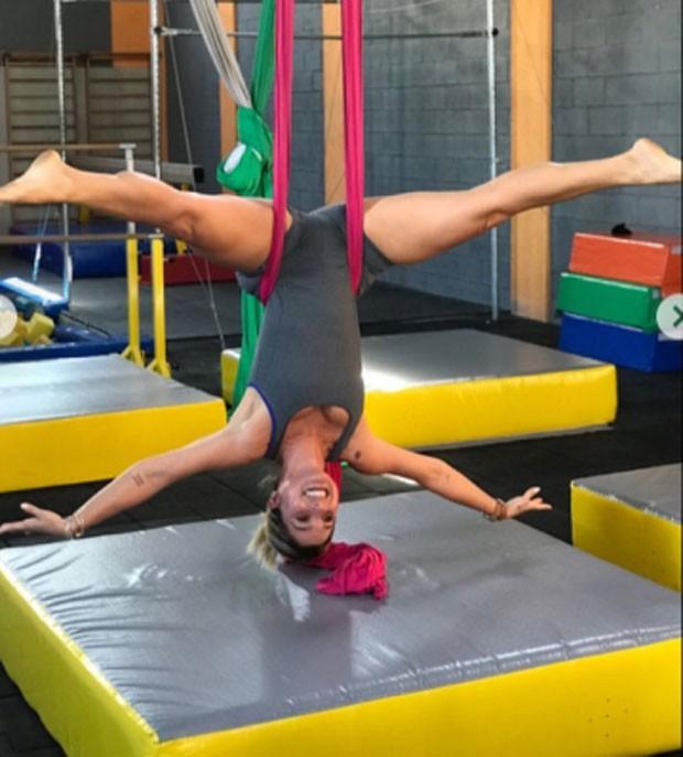 Flávia Alessandra faz aula de tecido acrobático com a filha caçula (Foto: Reprodução Instagram)