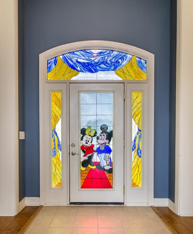 Um vitral do Mickey e da Minnie recebe as pessoas à casa (Foto: Treasure Coast Sotheby's International Realty/ Reprodução)