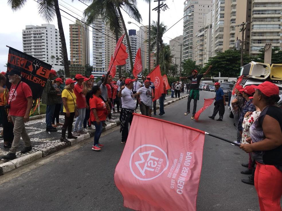 Grupo do MTST e do Povo Sem Medo dividiu-se entre o portão do Condomínio Solaris e o triplex atribuído a Lula, em Guarujá (Foto: Solange Freitas/G1)