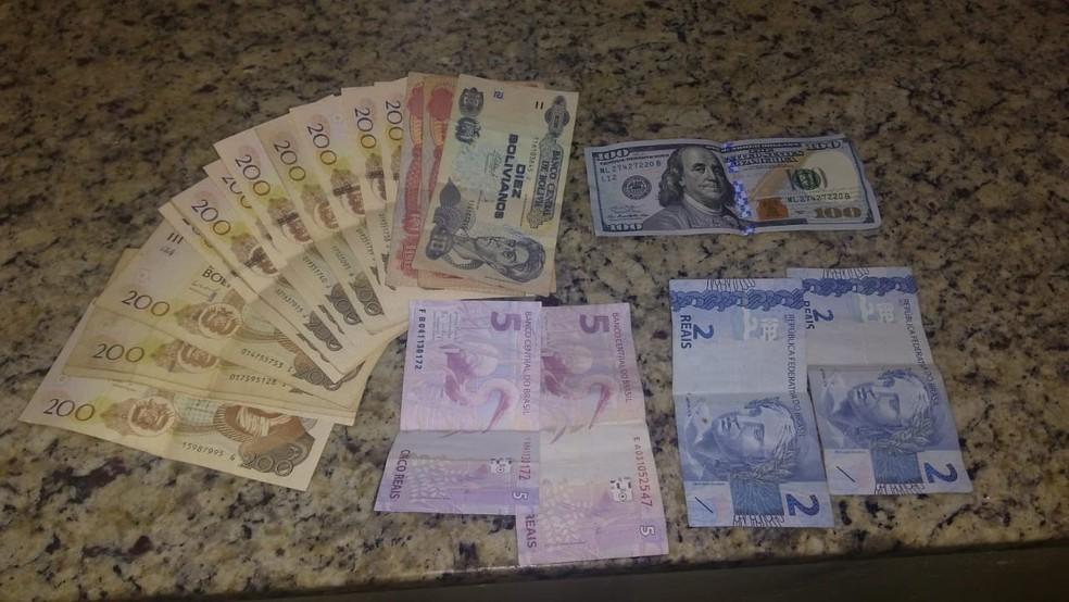 Na mochila de suspeito preso em Ferraz de Vasconcelos, polícia encontrou dólares, reais e bolivianos — Foto: Reprodução/TV Diário