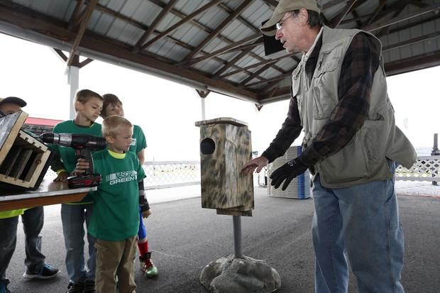 Para reaproveitar materiais difíceis de serem reciclados, a Chevrolet está construindo casas para morcegos (Foto: Reprodução)