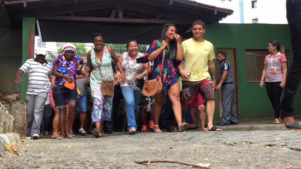 Eleitores votaram no Colégio Estadual Luiz Vianna, em Salvador — Foto: Mônica Melo/TV Bahia