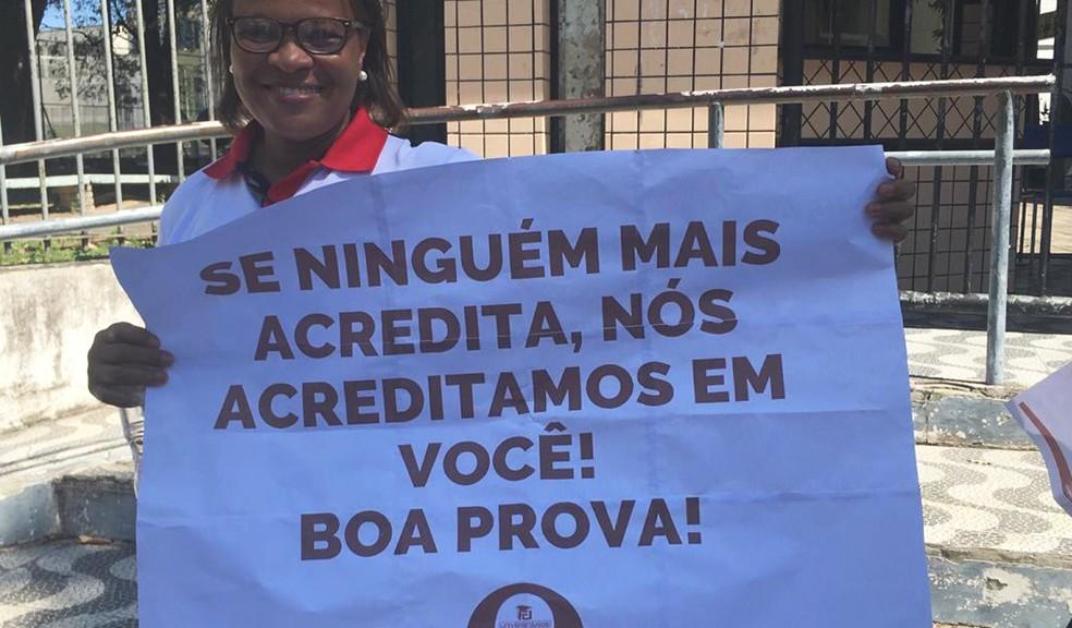 Grupo levou cartazes de apoio e distribuiu kits com caneta, chocolate e água — Foto: Isabela Cardoso/G1 Bahia