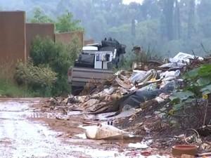 Estrada vicinal entre Votorantim e Sorocaba vira depósito de lixo (Foto: Reprodução/ TV TEM)