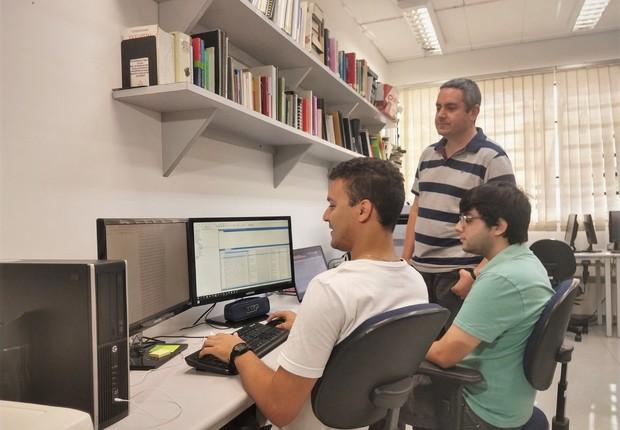 Entre os pesquisadores que desenvolvem o projeto estão Roney (à esquerda), Rafael e o professor Thiago Pardo (em pé).  (Foto: Denise Casatti/ICMC)