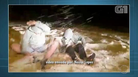 Crianças e adultos brincam com gelo após tempestade de granizo na Serra do Rio
