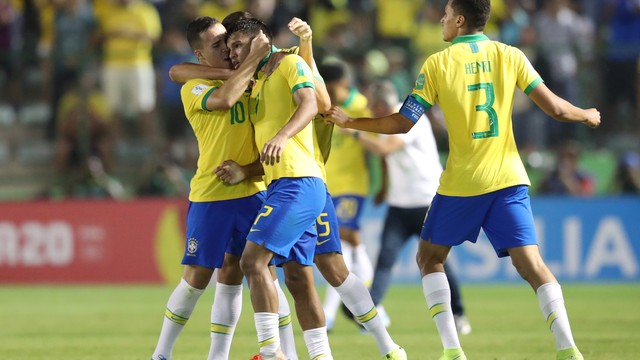 Jogadores do Brasil comemoram um dos gols contra a França