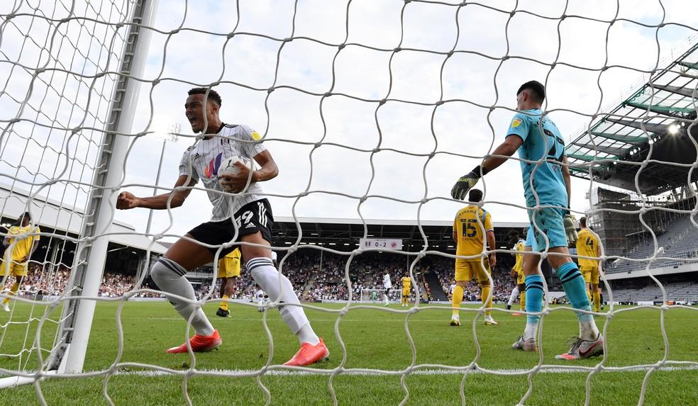 Ex-Flamengo, faz o primeiro gol pelo Fulham, que perde para o Reading