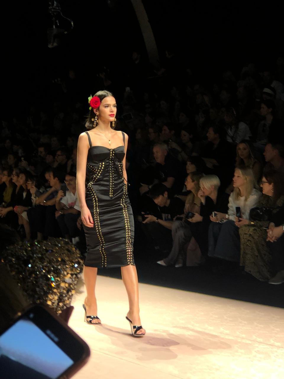 Bruna Marquezine desfilando na Semana de Moda de Milão (Foto: Maria Laura Neves)