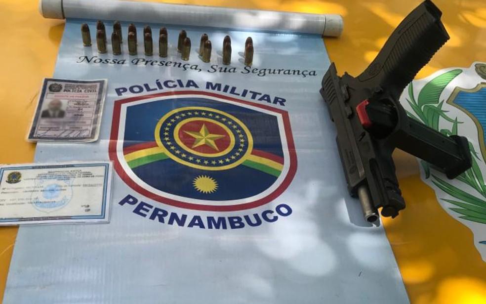 Arma e documento falso foram apreendidos com homem durante abordagem da Polícia Militar em Afogados, na Zona Oeste do Recife, no domingo (3) — Foto: PMPE/Divulgação