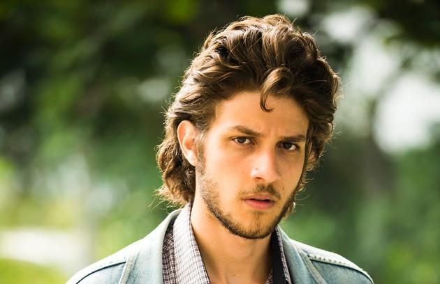 A história começa quando José Alfredo (Chay Suede), um homem simples, se muda do Nordeste para a casa do irmão, Edivaldo (Thiago Martins), no Rio (Foto: Reprodução)