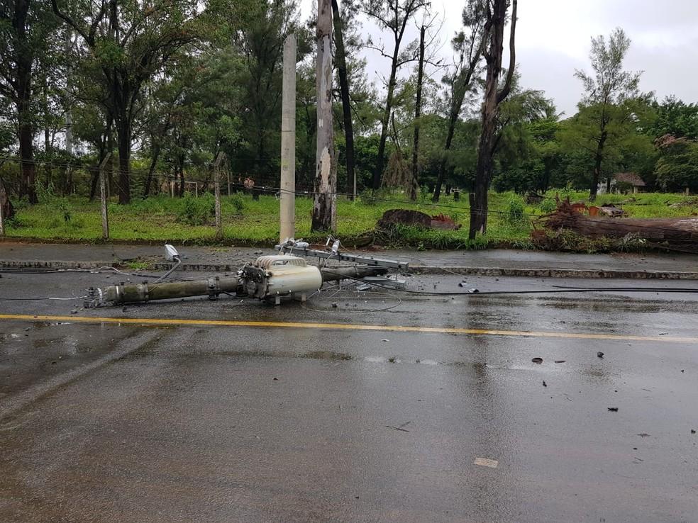 Houve queda de poste na Região da Pampulha, em Belo Horizonte  — Foto: Flávia Cristini/TV Globo