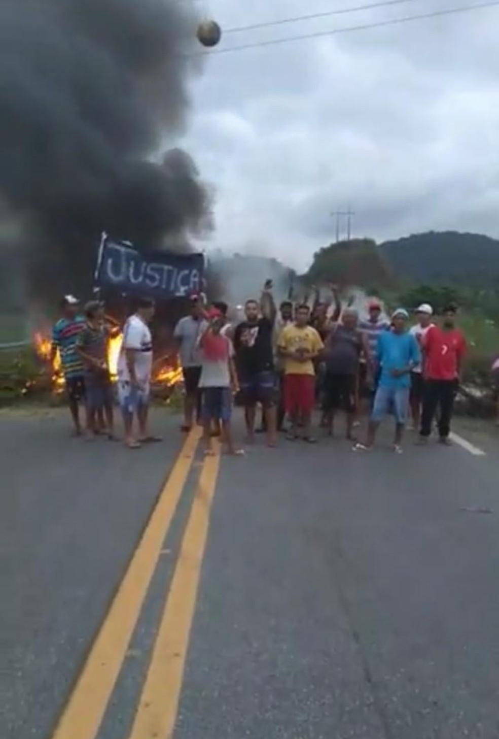 Amigos, familiares e moradores protestaram contra ação da PM contra jovem em Itariri, SP — Foto: Arquivo pessoal