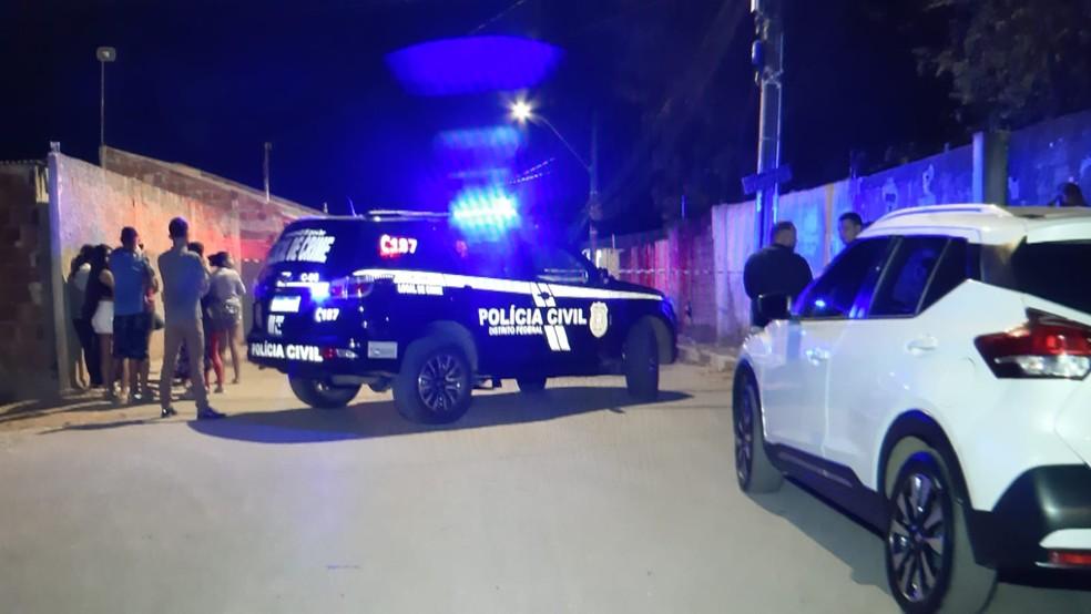Carro da Polícia Civil no local onde bombeiros encontraram dois corpos na madrugada de domingo (29), na região do Riacho Fundo, no DF — Foto: TV Globo/Reprodução