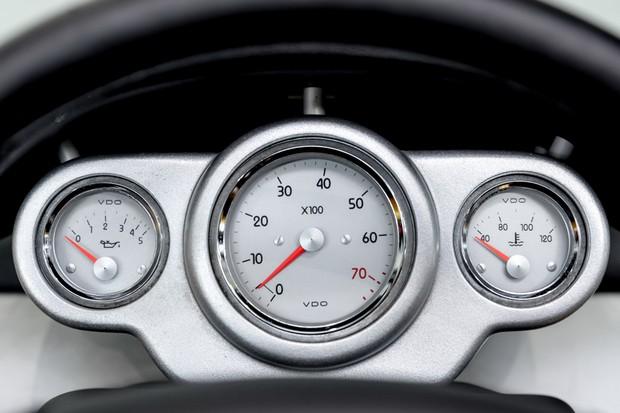 O painel de instrumentos não é de uma moto, mas do Renault Sport Spider mesmo (Foto: Divulgação)