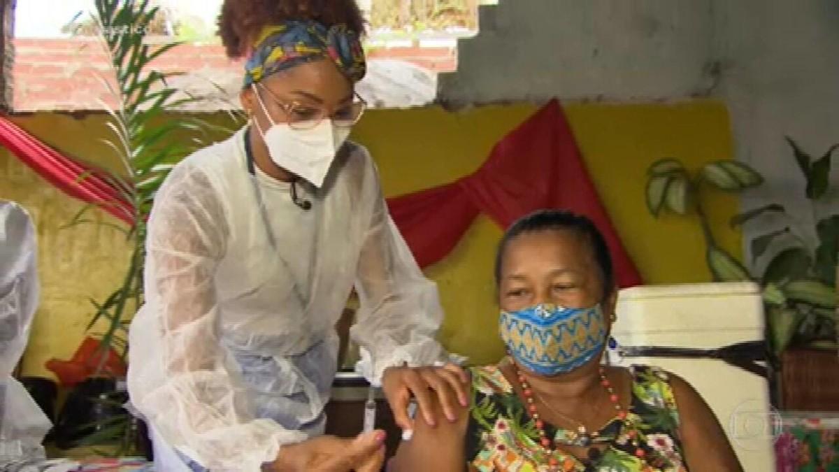 Fantástico mostra os desafios dos profissionais de saúde para imunizar a população no Brasil