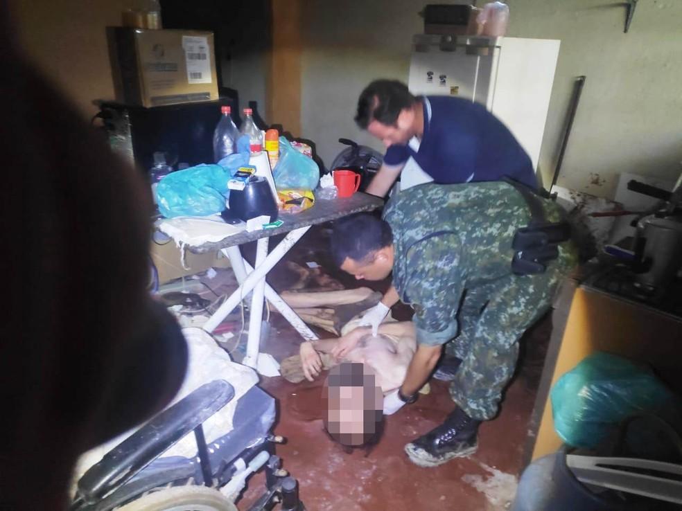 Deficiente físico foi encontrado em estado de choque no chão de sua própria casa em Iguape, SP — Foto: Divulgação/PM