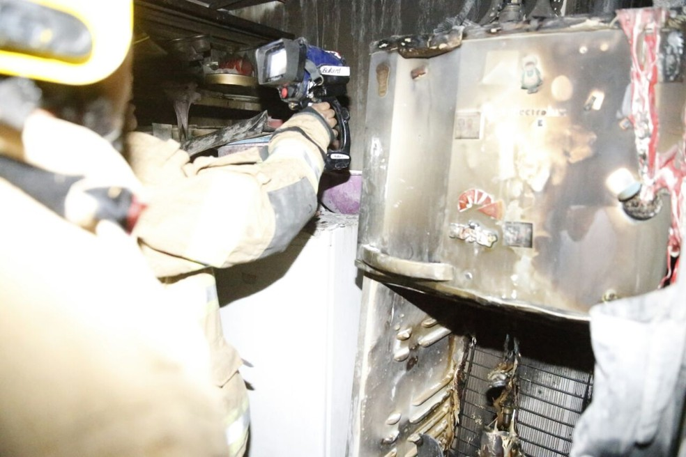 Geladeira ficou destruída após incêndio em apartamento no DF (Foto: Corpo de Bombeiros/Divulgação)