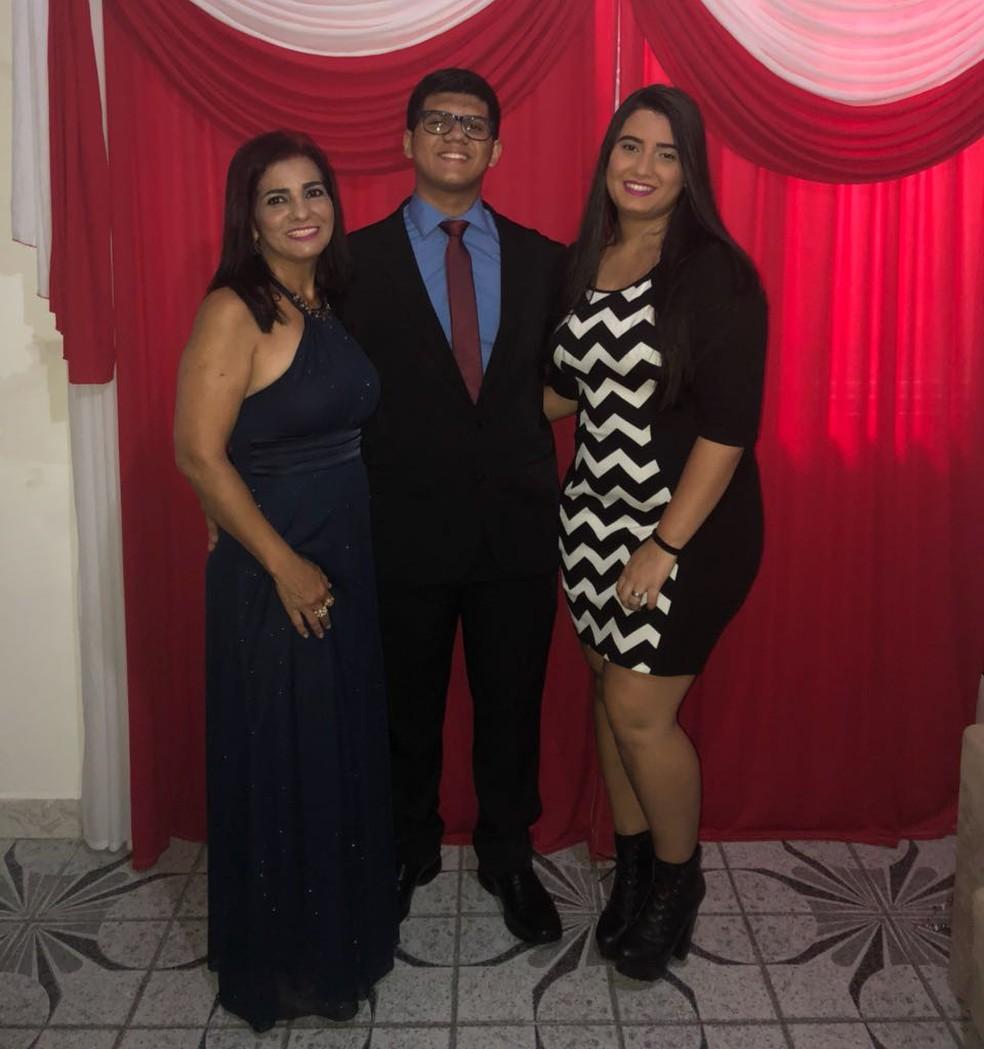 Gustavo ao lado da mãe e da irmã, que comemoraram a conquista (Foto: Gustavo Luz/Arquivo Pessoal)