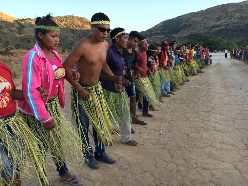 Índios dançam o parixara típica da cultura macuxi, etnia que é maioria na Reserva Indígena Raposa Serra do Sol — Foto: Emily Costa/G1 RR