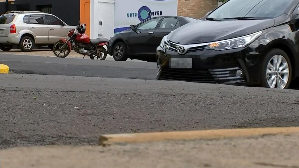 Carro passa devagar em valeta profunda em bairro de Araçatuba (Foto: Reprodução/TV TEM)