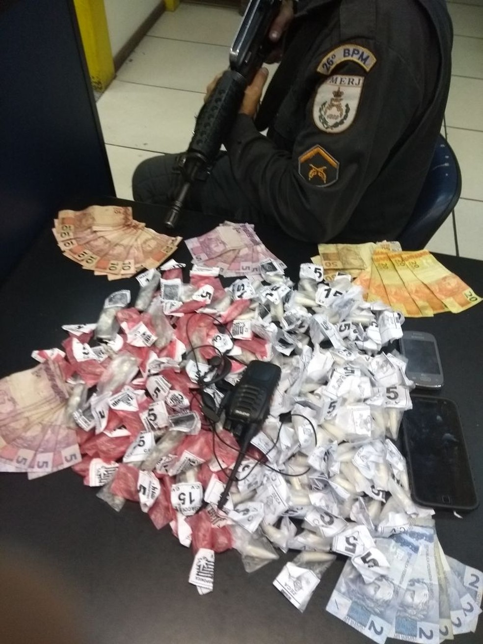 Drogas foram apreendidas no bairro Atílio Marotti, em Petrópolis.  (Foto: Polícia Militar | Divulgação)