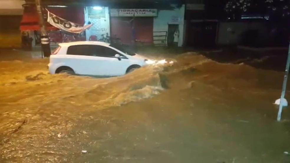Chuva causou alagamento em vários pontos do Rio na madrugada de segunda-feira (26). — Foto: Reprodução/ TV Globo